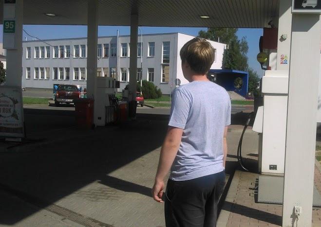Přicházím k benzínce